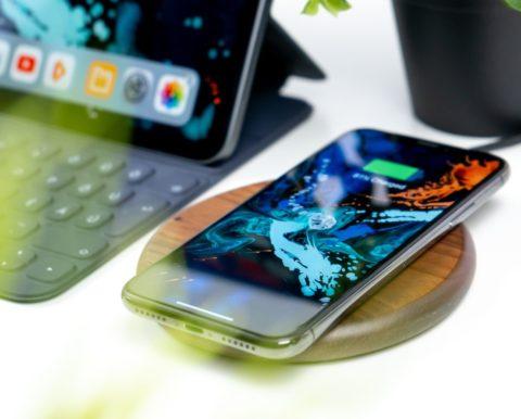 Εγκαταλείπει την συμβατική φόρτιση στα iPhone η Apple! (VIDEO)